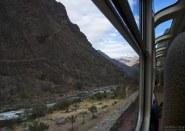При движении _в_ Мачу-Пикчу на поезде, выгодно сидеть с левой стороны.
