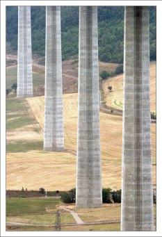 Каждая опора моста стоит в четырёх колодцах глубиной 15 метров.