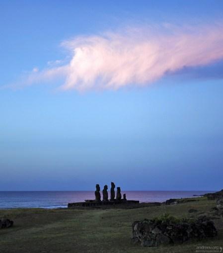 Розовое облако над истуканами.