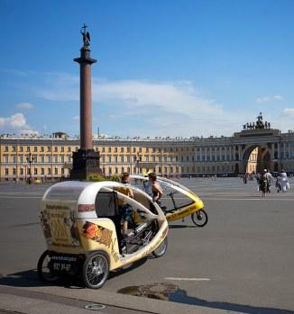 Новомодные вело-кары на Дворцовой.