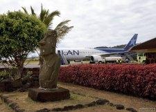 Моаи на летном поле в аэропорту острова Пасхи.