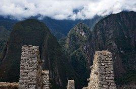 Руины Храма Солнца и вид на окружающие горы.