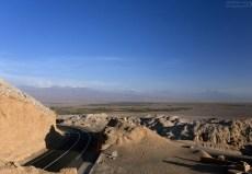 Изгиб шоссе перед въездом в Сан-Педро-де-Атакама.