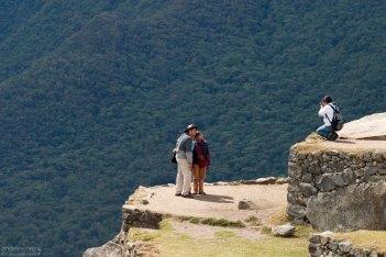 Туристы фотографируются на память на краю террас.