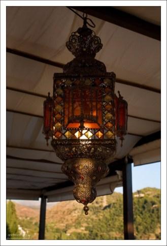 Богато украшенный фонарь.