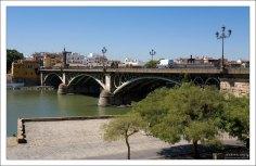 Набережная Христофора Колумба и мост Изабеллы II через приток Гвадалквивира.