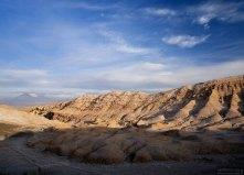 Горы в складочку в Долине Луны. На заднем плане конусы вулканов - это уже Боливия.