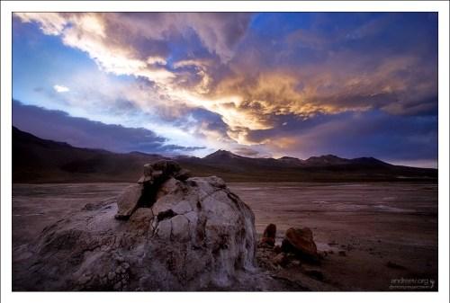 """""""Рассвет на Эль-Татио"""". Высокогорное гейзеровое поле Эль-Татио (El Tatio) расположено на высоте 4200 метров, на границе Боливии-Чили в Южной Америке. Температура кипения воды там - 83 градуса по Цельсию. Чтобы поспеть к рассвету, пришлось вставать в пол-четвертого утра, трястись по пыльной колейке два часа, и мерзнуть, мерзнуть, мерзнуть. Даже сейчас, когда смотрю на эту фотографию, меня аж передергивает от холода. Время: 5 часов 45 минут утра."""