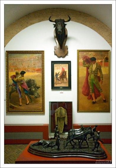 Зал с портретами матадоров в музее корриды.