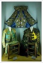 У каждого матадора костюм своего цвета и отделки. Музей корриды.