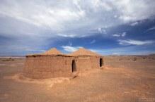 Восстановленные хижины на месте археологического памятника - деревни Tulor.