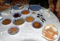 """Традиционный марокканский салат - это целая серия горячих и холодных закусок. В риаде """"Ghita"""". Фес."""