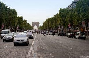 Елисейские поля - одна из главных магистралей в 8-м округе Парижа.