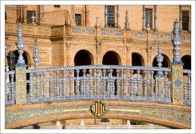 В оформлении мостов использована керамика. Plaza de España.