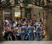 С другой стороны Града смена караульных проходит намного торжественнее. Раз в день, в полдень, под музыку военного оркестра.