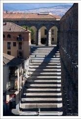 Тень от арок, из которых составлены ярусы акведука. Сеговия, Испания.