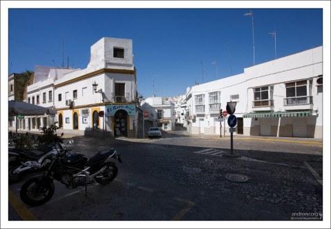 Улица, ведущая в старую часть города. Аркос-де-ла-Фронтера, Андалузия, Испания.