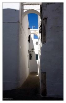 Арки, соединяющие дома, служат защитой от землетрясений. Аркос-де-ла-Фронтера, Андалузия, Испания.