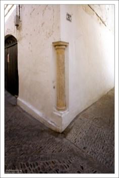 Римская колонна, вмурованная в угол дома. Аркос-де-ла-Фронтера, Андалузия, Испания.