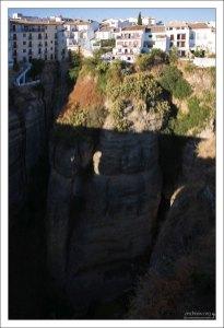 Отвесные скалы, на которых раскинулась белая деревушка. Ронда, Андалузия, Испания.