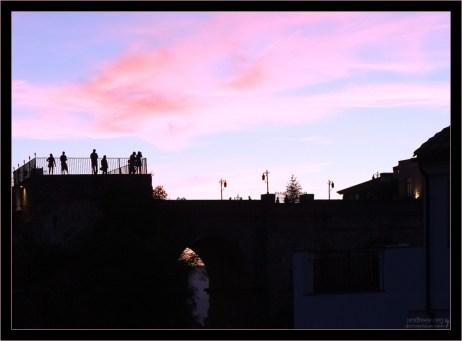 Люди на закате на смотровой площадке Нового моста. Ронда, Андалузия, Испания.