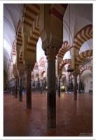 Колонны Мескиты украшены арками в красно-белой тональности.