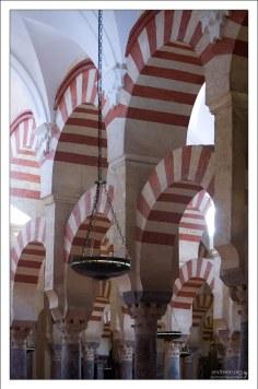 Двухъярусные арки, выложенные полосами двух цветов.
