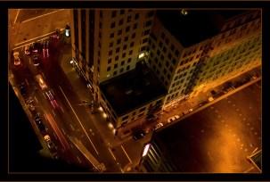 Вид вертикально вниз на Market street из окна на 34-м этаже отеля. Сан-Франциско.