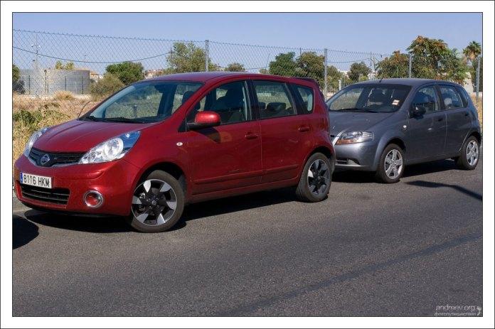 Nissan Note на парковке.