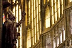 Фигура архиепископа на одной из стен внутри собора Св. Вита.