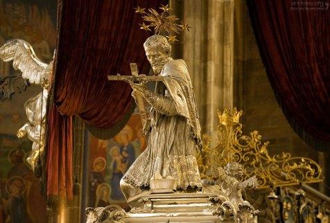 Могила святого Яна Непомуцкого в соборе Св. Вита.