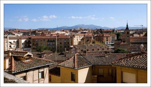 Современная часть города с высоты крепостной стены. Сеговия, Испания.
