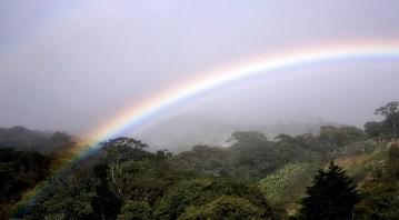 Радуга после дождя в деревне Santa Elena.