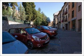 Арендованный на время путешествия Nissan Note на праковке недалеко от акведука. Сеговия, Испания.
