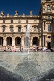 Фонтан во внутреннем дворике Лувра.