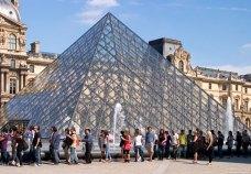 Стеклянная пирамида во дворе Наполеона в Лувре.