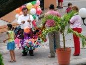 Продавец воздушных шариков.