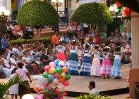 """Девочки в национальных костюмах танцуют """"jaranas"""" - традиционный танец Юкатана."""