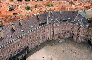 Крыша президентского дворца и дома обычных жителей на заднем плане.