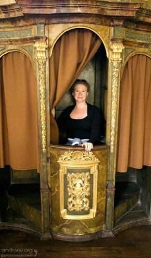 Катя в исповедальной будке в Лоретанском монастыре.