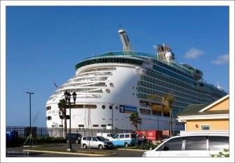 "Круизное судно ""Mariner of the Seas"" в порту Falmouth."
