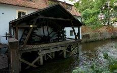 Деревянное колесо водяной мельницы Хуть на протоке Чертовка.