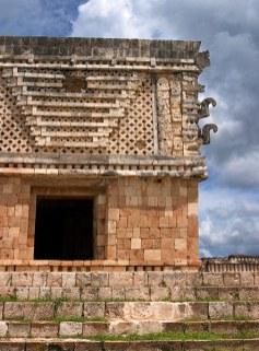 Фасад Квадранта Монашек и маски Чак-Мула с длинными носами. Ушмаль.