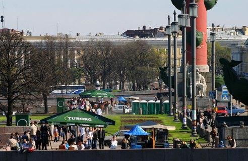 Люди на стрелке Васильевского острова.