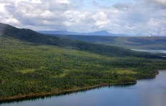 В полете над озером Naknek Lake.