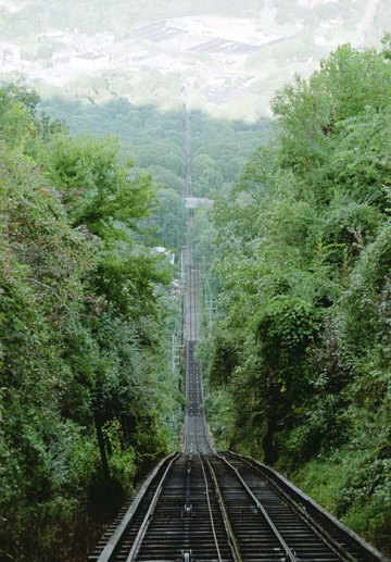 Крутая железная дорога протяженностью в одну милю. Наклон у вершины составляет 72.7%. Lookout Mountain.