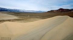 Труднодоступная дюна Eureka (Эврика). В кружок обведена машина у подножия дюны.
