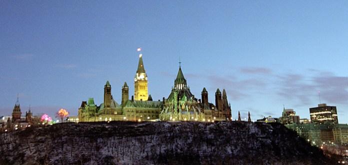 Вид на Парламент из соседнего города Hull, принадлежащего французской провинции Квебек.