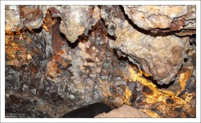Отложения кальцита на потолке пещеры.