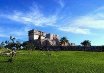 El Castillo на краю утеса в археологическом парке Тулум.